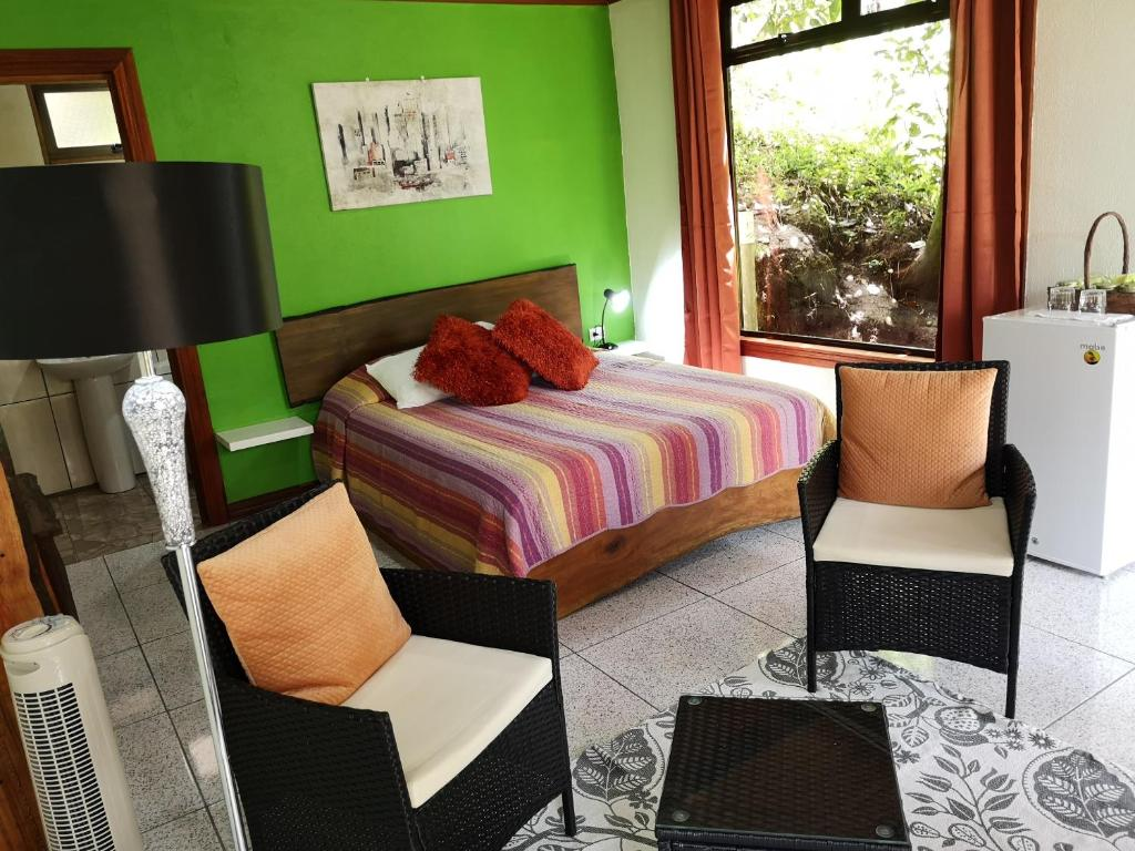 A bed or beds in a room at La Guayaba Monteverde