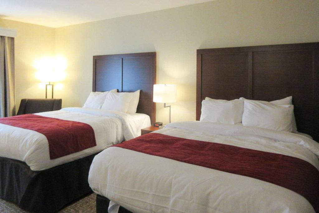 A bed or beds in a room at Comfort Inn & Suites