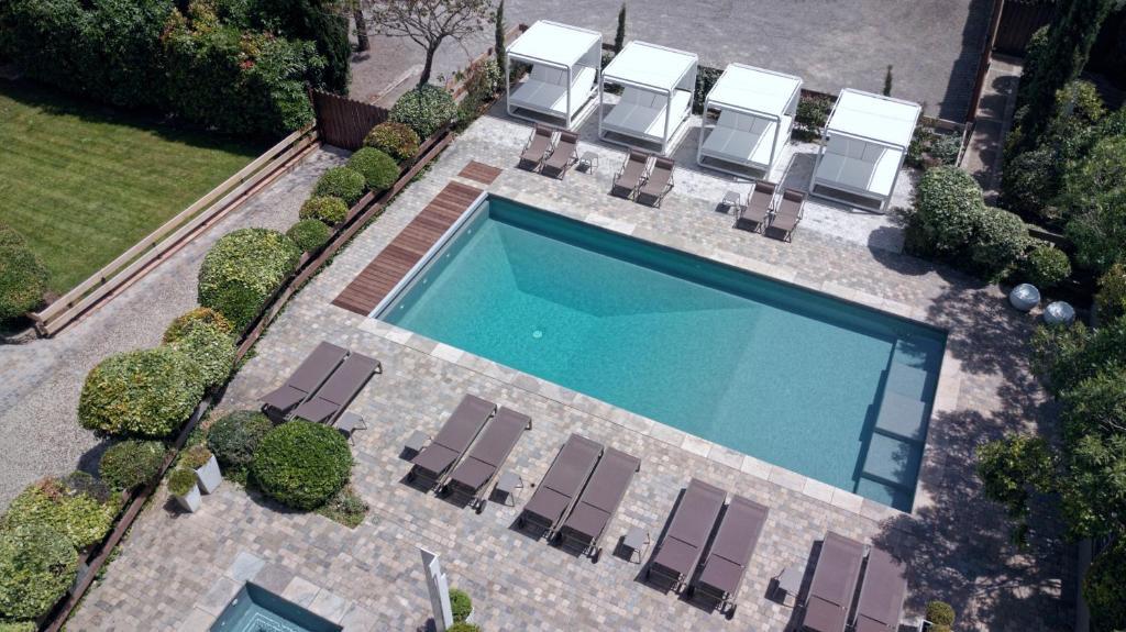 Θέα της πισίνας από το Hôtel Montmorency ή από εκεί κοντά