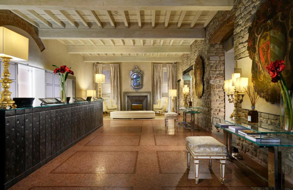 The lobby or reception area at Hotel Brunelleschi