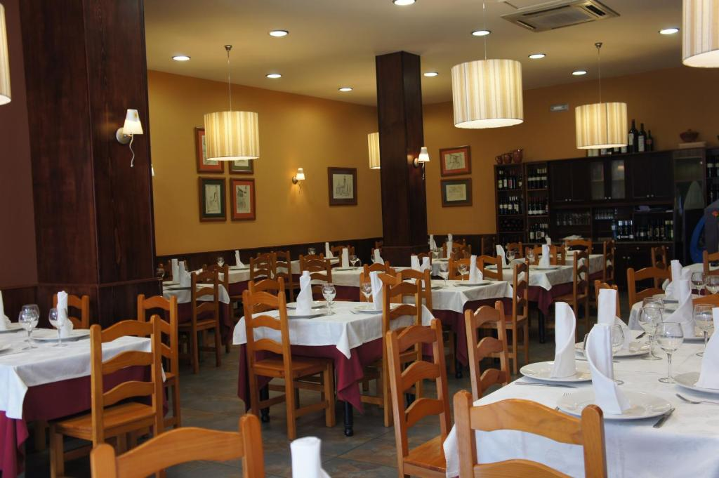 A restaurant or other place to eat at Hostal Restaurante Alarico
