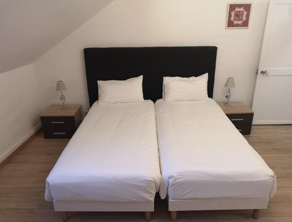 A bed or beds in a room at Selles-sur-Cher Characteristic homestay