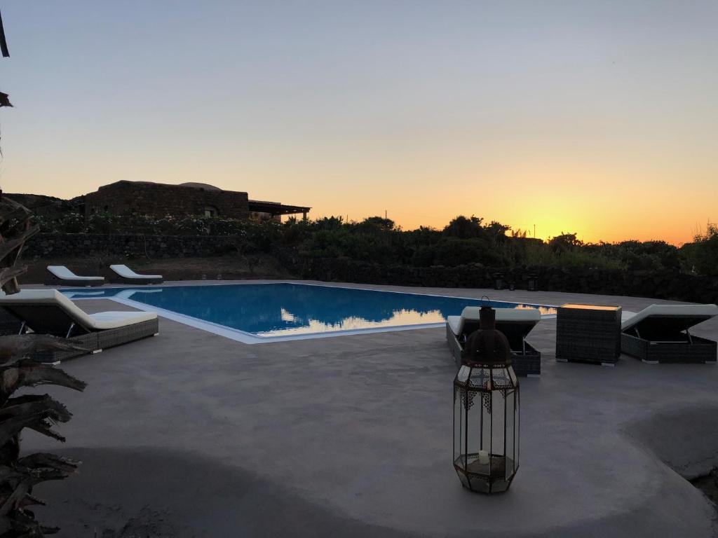 A piscina localizada em Il Dammusino di Pantelleria ou nos arredores
