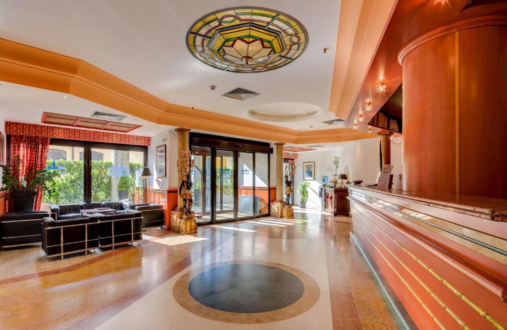 O saguão ou recepção de Best Western Hotel Tritone