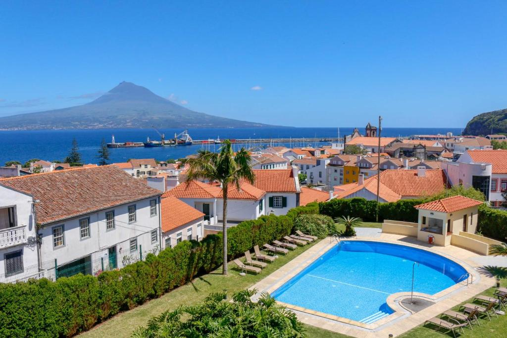 A view of the pool at Hotel Horta or nearby