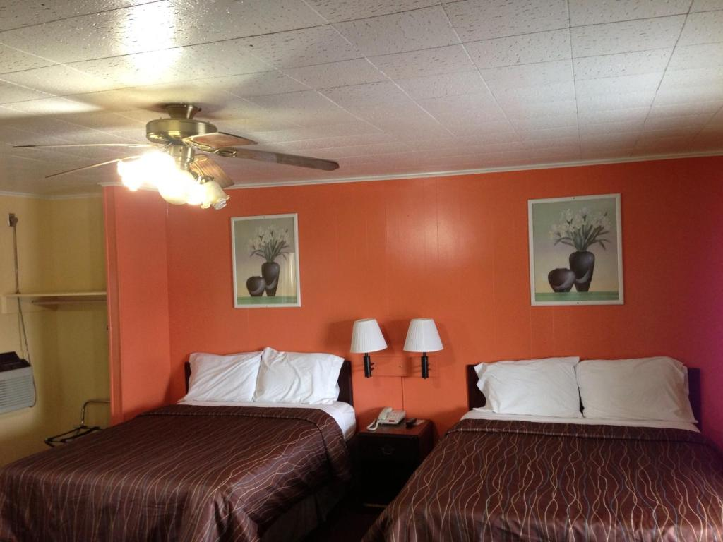 A bed or beds in a room at Travel Inn Pryor
