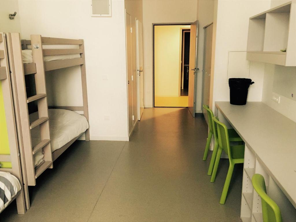 Een stapelbed of stapelbedden in een kamer bij Auberge Lokétik