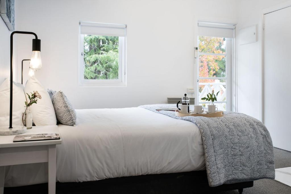 A bed or beds in a room at Lake Daylesford Apartment 2A