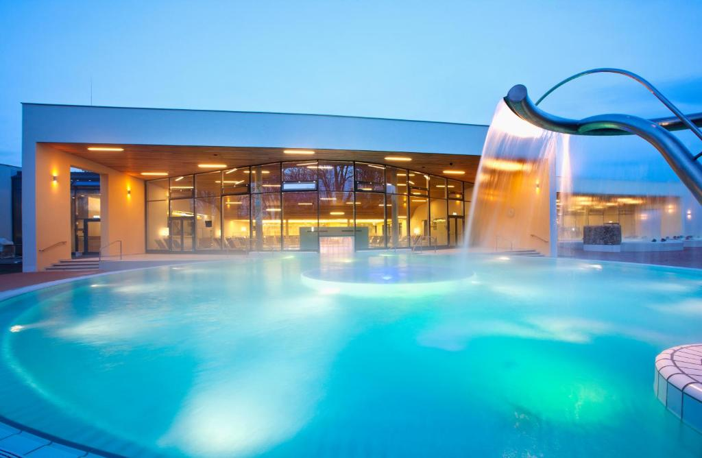 The swimming pool at or close to Vitalhotel der Parktherme