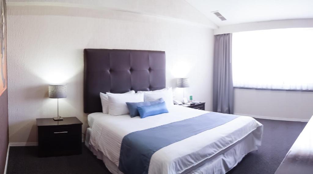 A bed or beds in a room at Pueblo Amigo Hotel Plaza y Casino