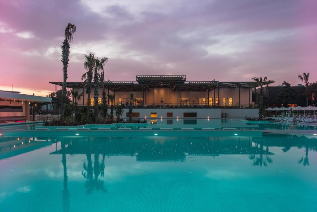 Der Swimmingpool an oder in der Nähe von Paloma Orenda Resort