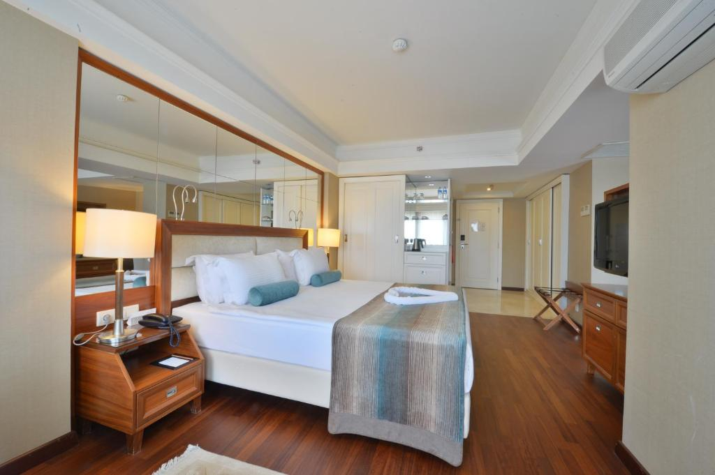 سرير أو أسرّة في غرفة في فندق ماريغولد ثيرمال آند سبا بورصة