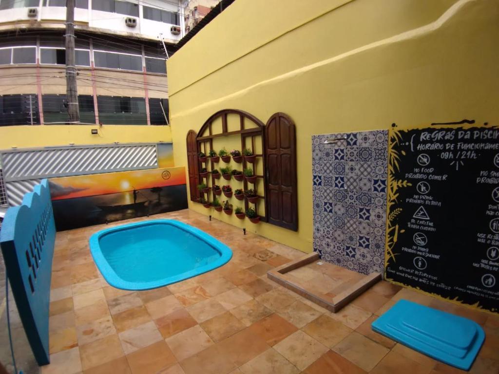 A piscina localizada em Local Hostel Manaus ou nos arredores