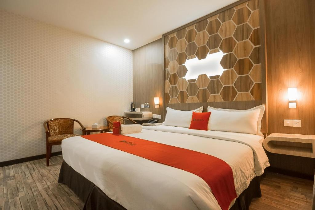A bed or beds in a room at RedDoorz Plus near Mall Nagoya Hill Batam 3