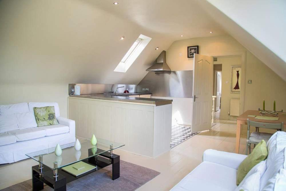 A kitchen or kitchenette at charming two bedroom flat