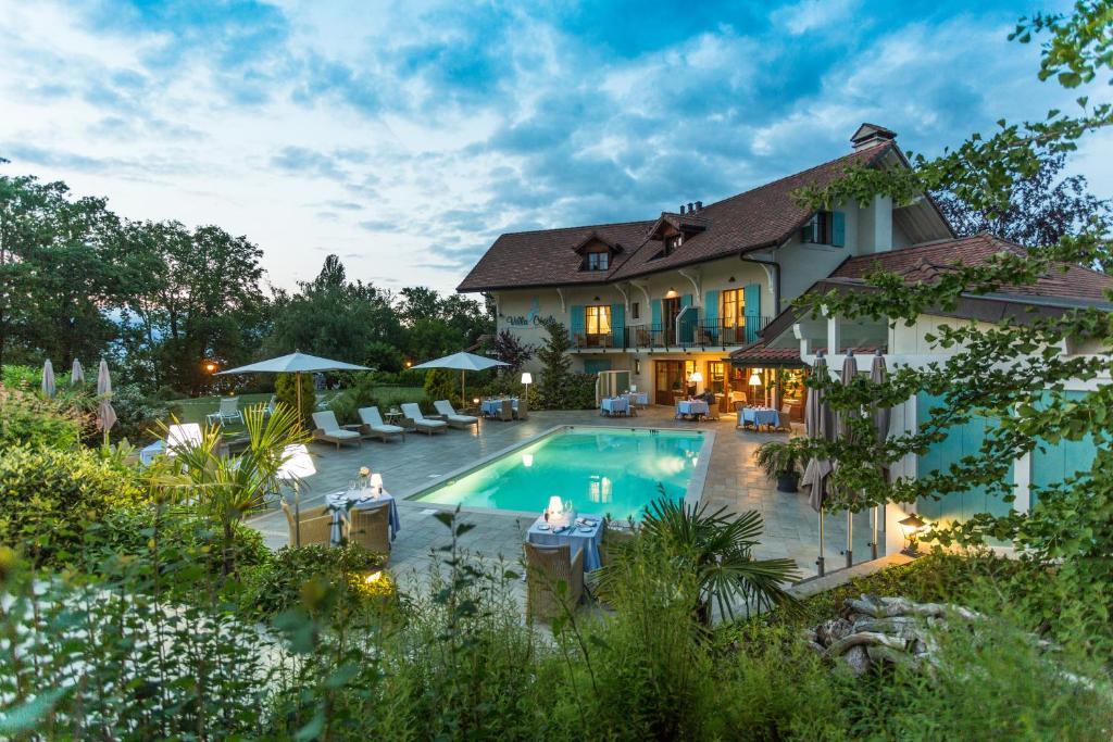 Der Swimmingpool an oder in der Nähe von Villa Cécile
