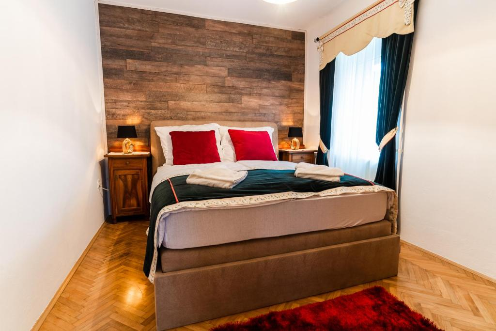 A bed or beds in a room at Apartments & Rooms Florjana