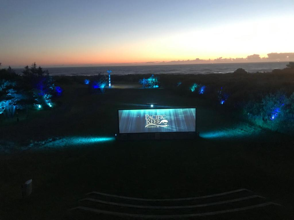 Pacific Reef Hotel Light Show Gold