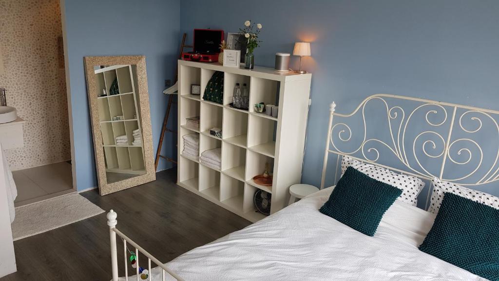 Tempat tidur dalam kamar di B&B Spacious Villa in Amsterdam