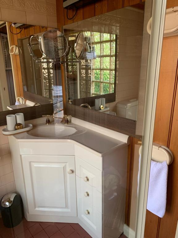 A bathroom at Holly Cottage