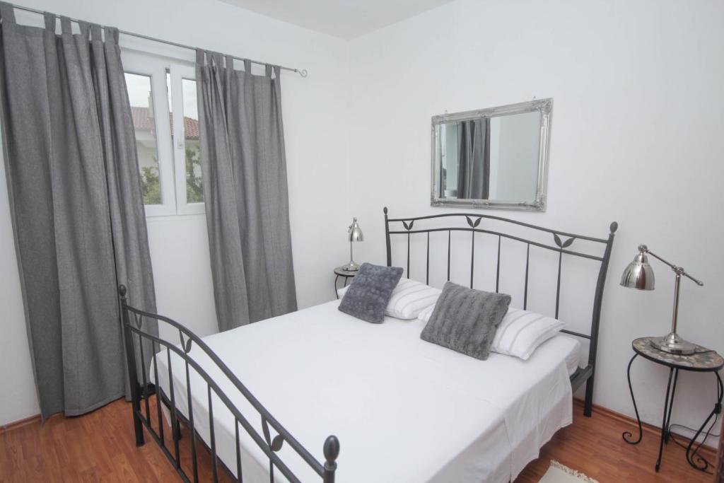 Lola's Apartments