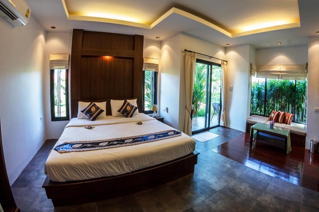 Кровать или кровати в номере Baan Armeen Cottage