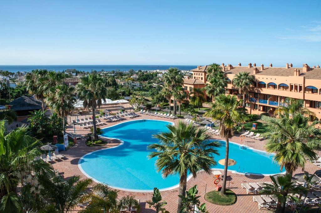 Uitzicht op het zwembad bij Pierre & Vacances Estepona of in de buurt