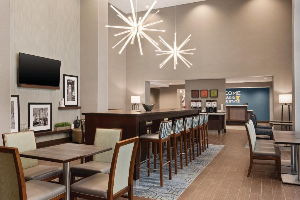 A restaurant or other place to eat at Hampton Inn Brooklyn Park