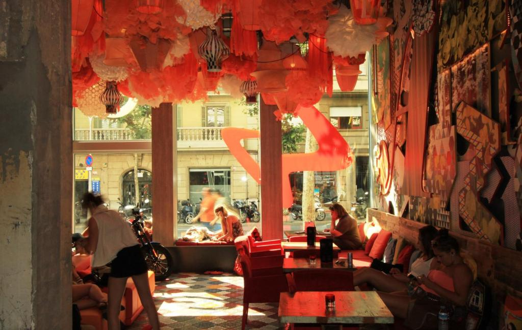 A restaurant or other place to eat at Generator Barcelona