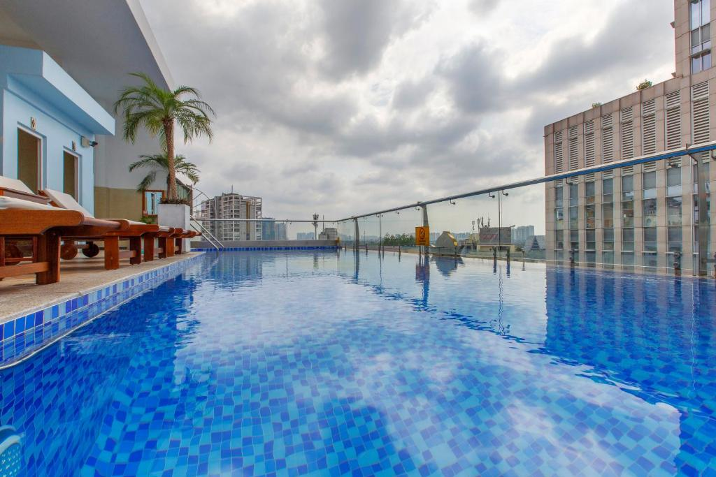 The swimming pool at or near Huong Sen Annex Hotel