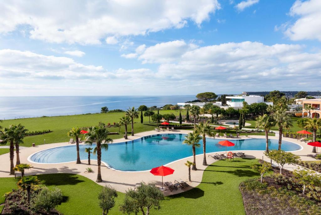 Uma vista da piscina em Cascade Wellness Resort ou nos arredores