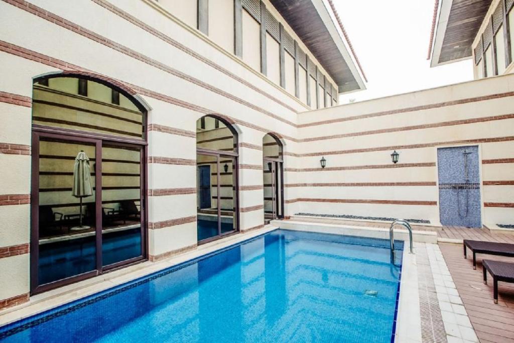Piscina di Private Zabeel Saray Villas Palm Jumeirah o nelle vicinanze