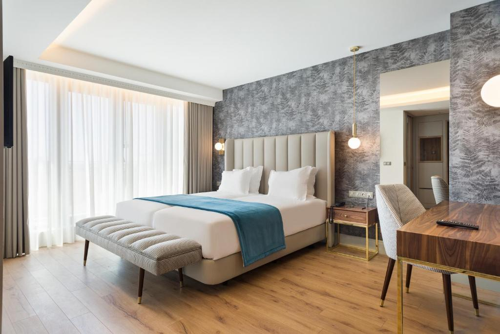 A bed or beds in a room at Acta The Avenue