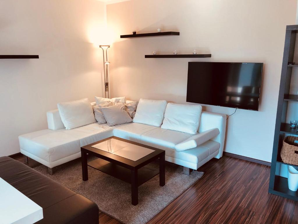 Uma área de estar em 25h Garden Apartment PLUS *****