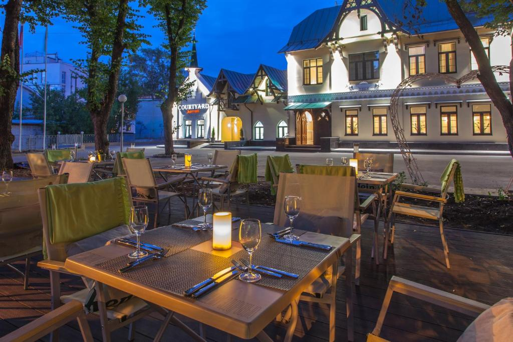 A restaurant or other place to eat at Courtyard by Marriott Nizhny Novgorod City Center