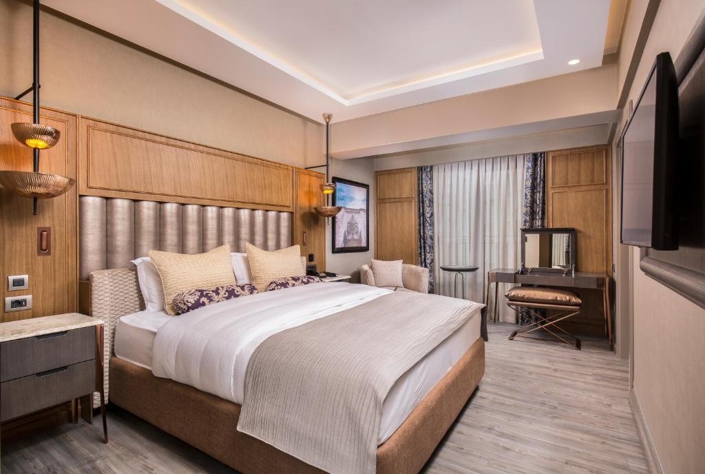 سرير أو أسرّة في غرفة في Almira Hotel Thermal Spa & Convention
