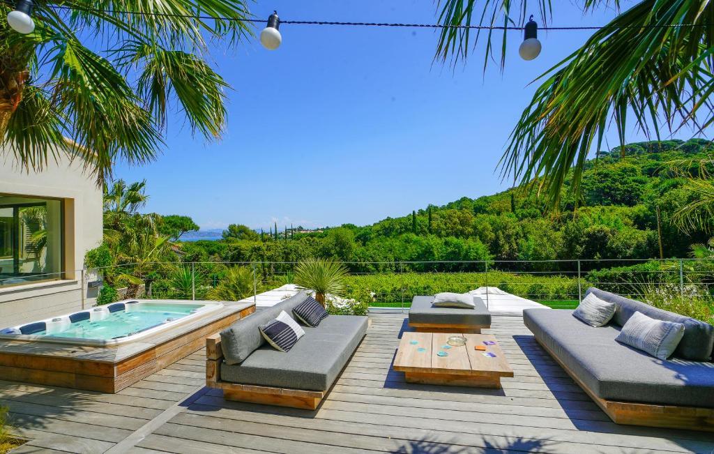The swimming pool at or close to villa Sant-Anna