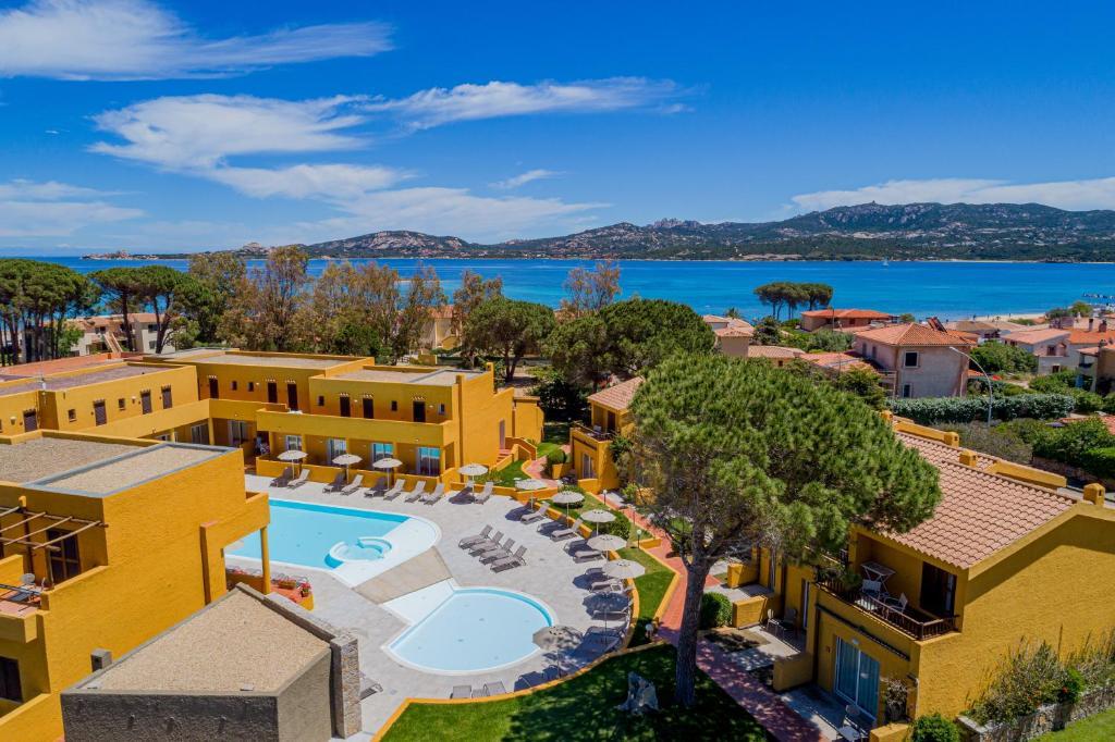Uitzicht op het zwembad bij Blu Hotel Laconia Village of in de buurt