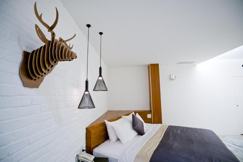 舒美商務汽車旅館房間的床
