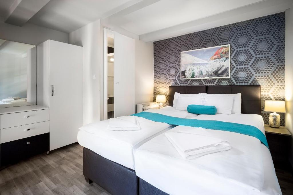 A bed or beds in a room at Hotel Mika Downtown