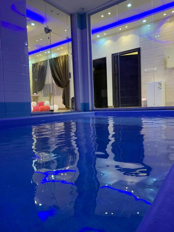 The swimming pool at or near شاليهات بيراميزا