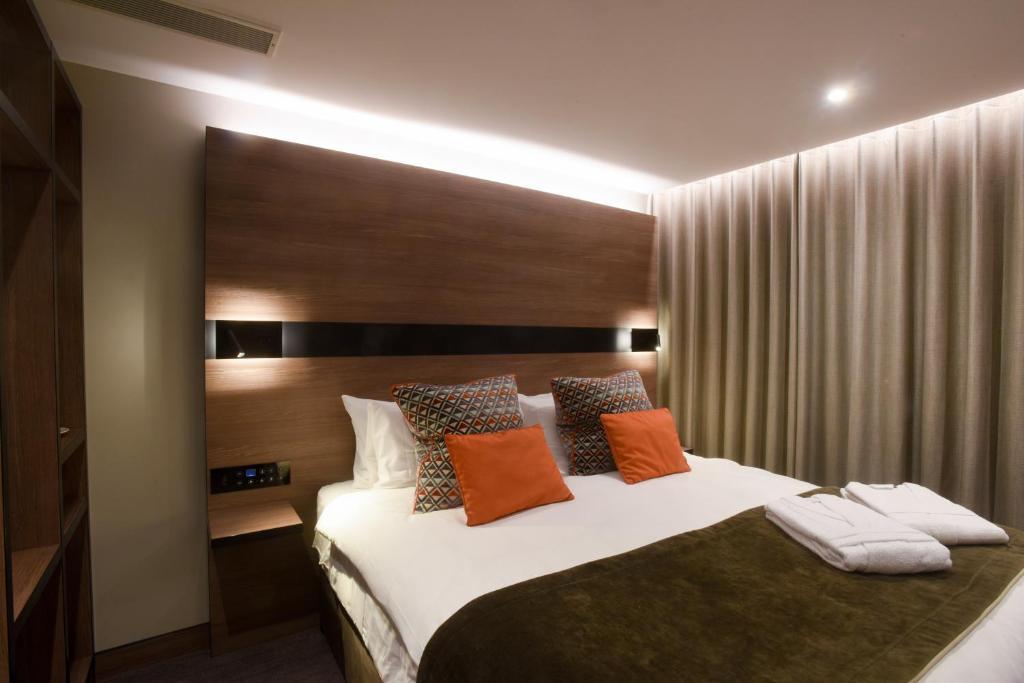 Letto o letti in una camera di Merit Kensington Hotel