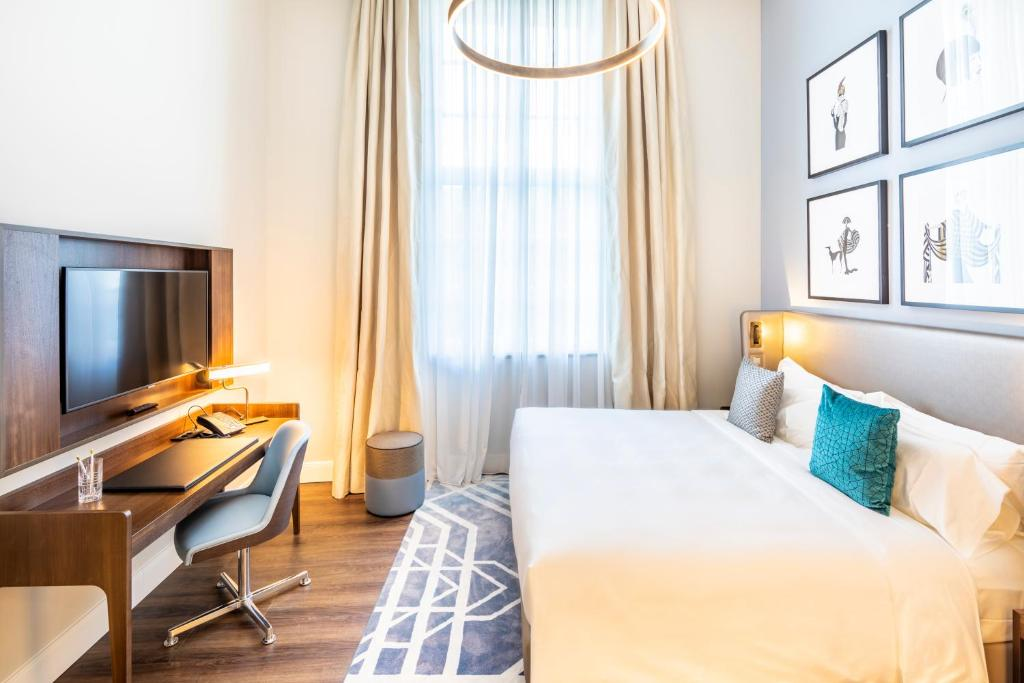 A bed or beds in a room at Fraser Suites Hamburg
