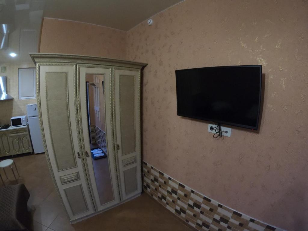 Телевизор и/или развлекательный центр в Гостевой Дом Август