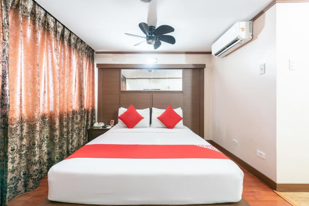 A bed or beds in a room at OYO 224 DG Grami Hotel