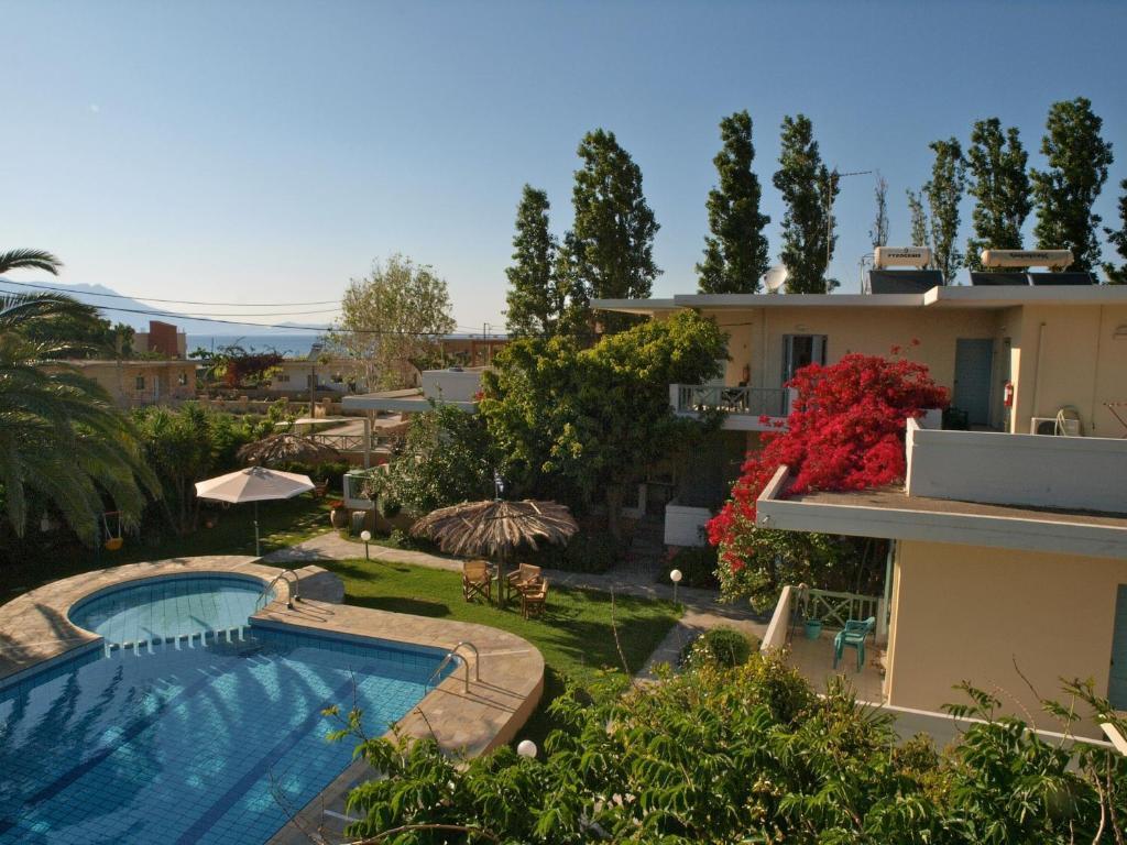 Widok na basen w obiekcie Cormoranos Apartments lub jego pobliżu