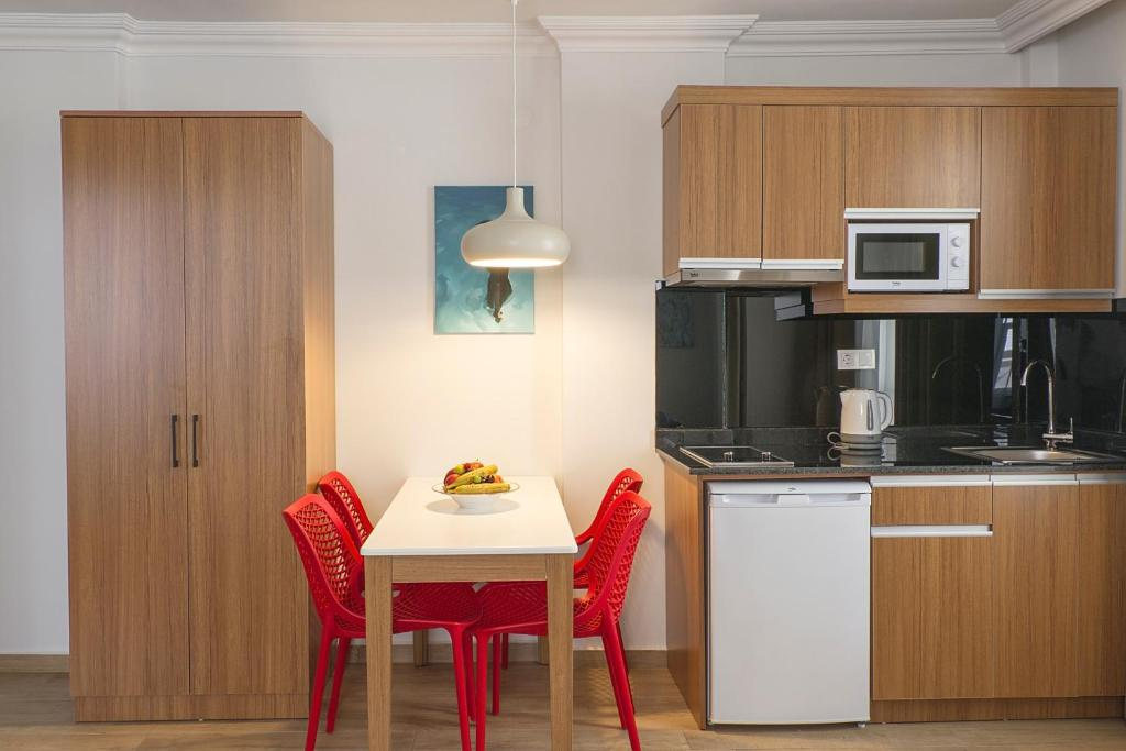 Кухня или мини-кухня в Comfort Suites