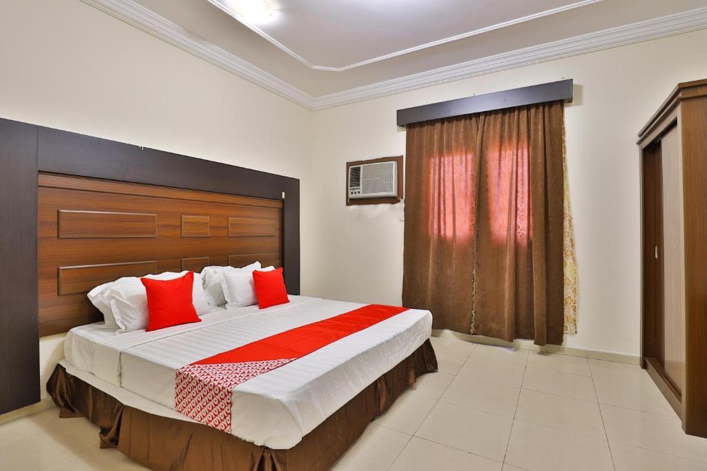 A bed or beds in a room at OYO 246 Hotel Hadeel Al Motamayezah