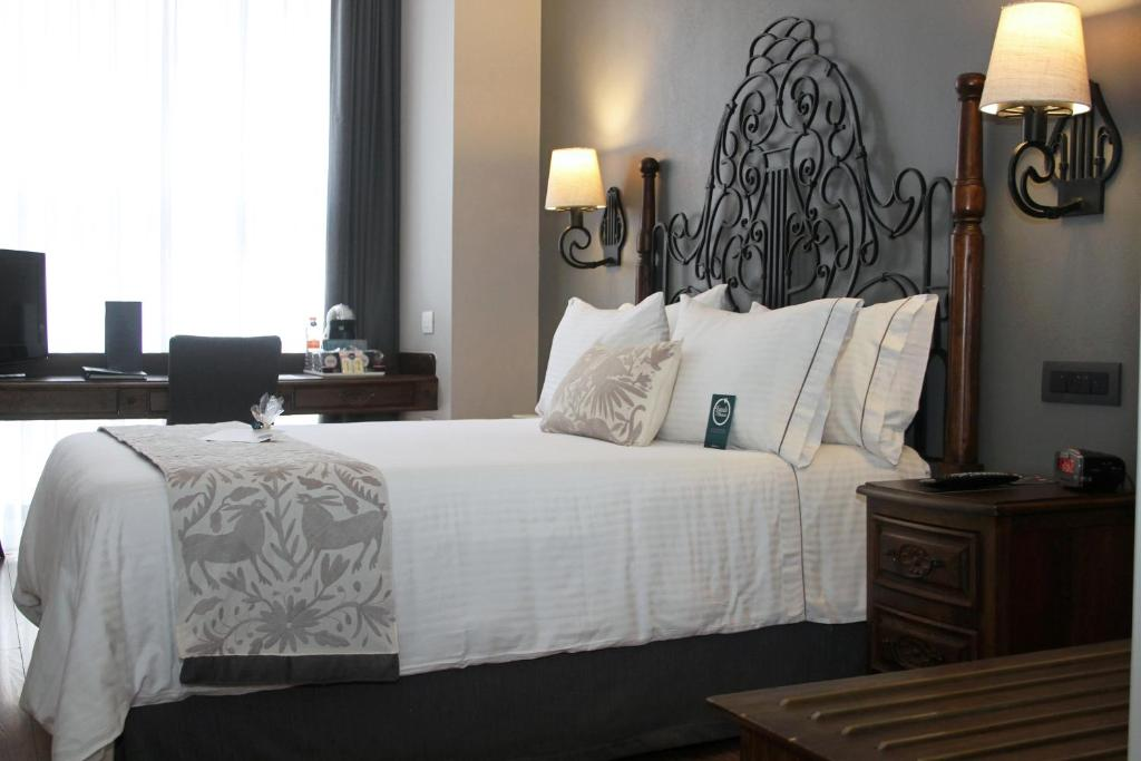 A bed or beds in a room at Hotel Zocalo Central
