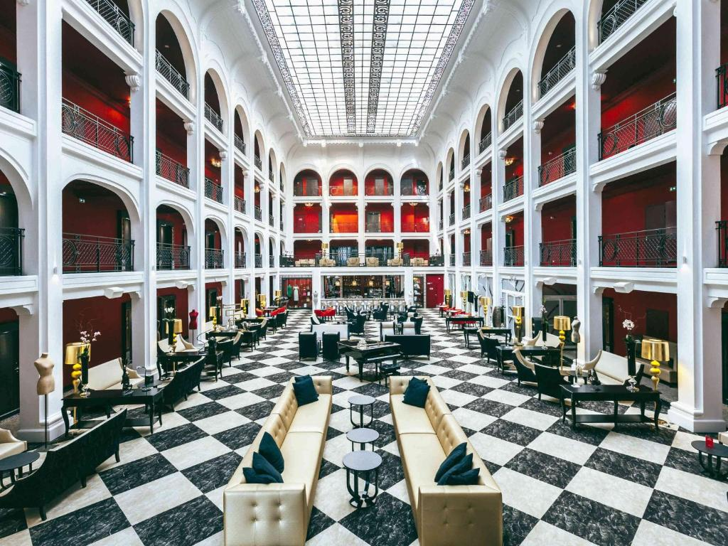 A restaurant or other place to eat at Le Regina Biarritz Hotel & Spa MGallery Hotel Collection
